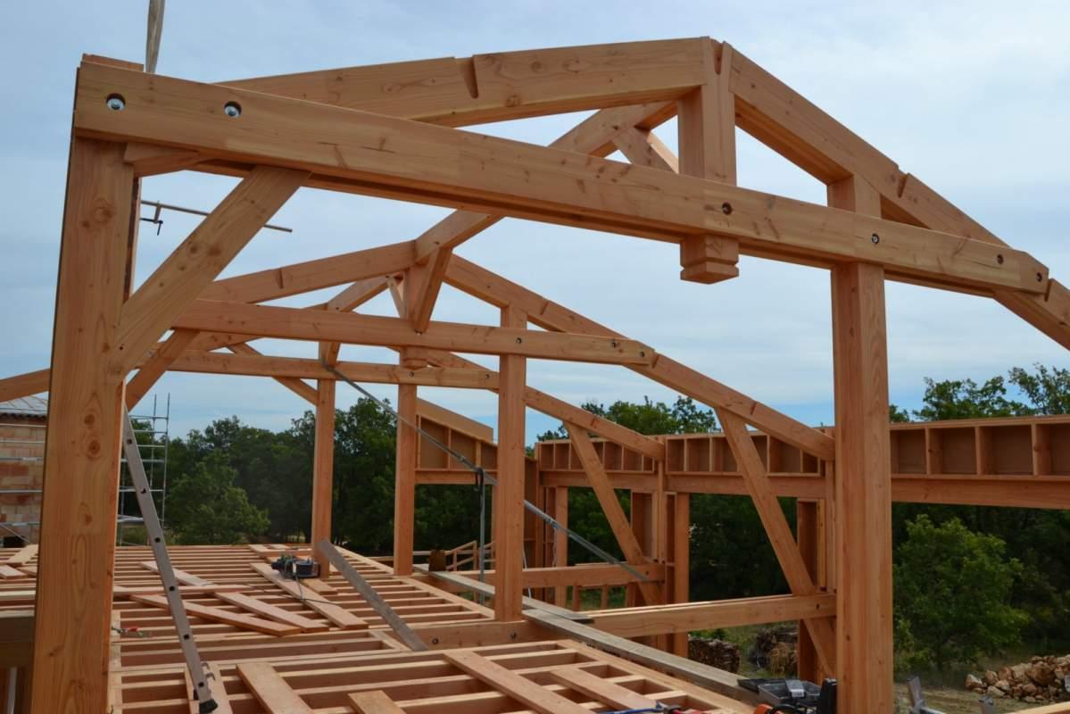 Construction d 39 une maison ossature bois bioclimatique rustrel 84 en luberon constructeur for Construction en bois details