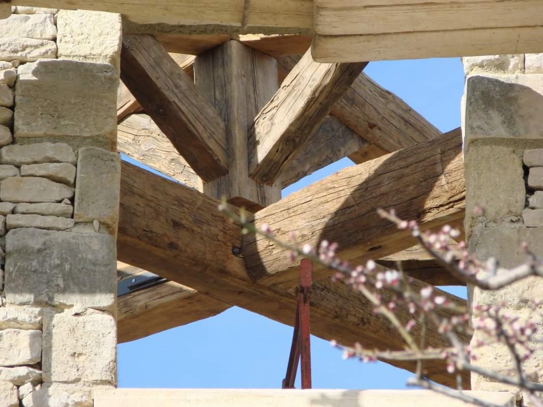 fabrication d 39 une charpente bois pour auvent en luberon constructeur de maisons cologiques en. Black Bedroom Furniture Sets. Home Design Ideas
