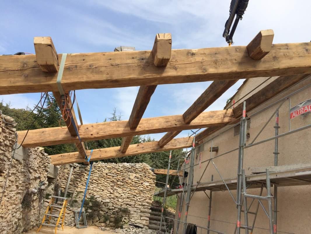 Cr ation d 39 un auvent traditionnel en vieux bois et vieilles tuiles saint saturnin les apt en - Construire un auvent de porte ...