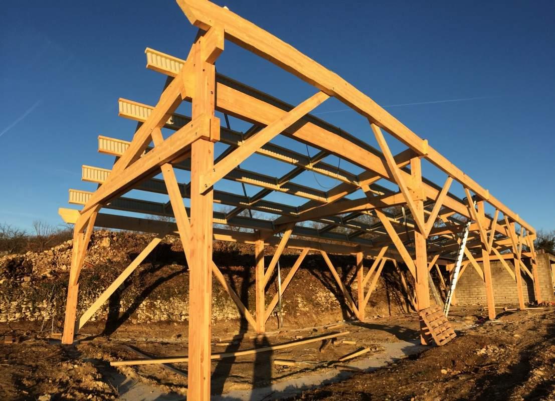 Fabrication d 39 un hangar agricole en bois au coeur du luberon 84400 saignon constructeur de - Construction hangar bois ...