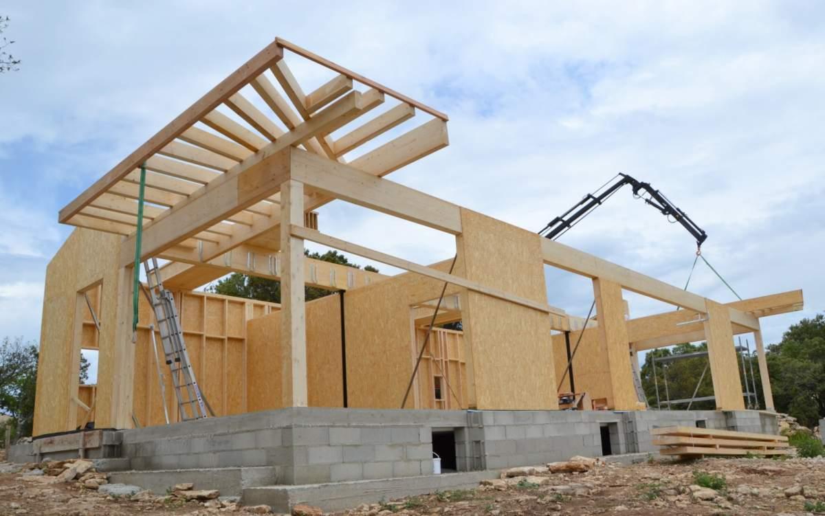 Construction de maison darchitecte à ossature bois et pierres à bonnieux au coeur du