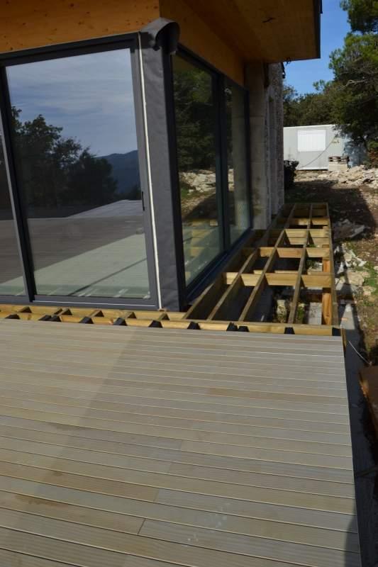 Construction d 39 une terrasse bois autour d 39 une piscine for Constructeur piscine bois