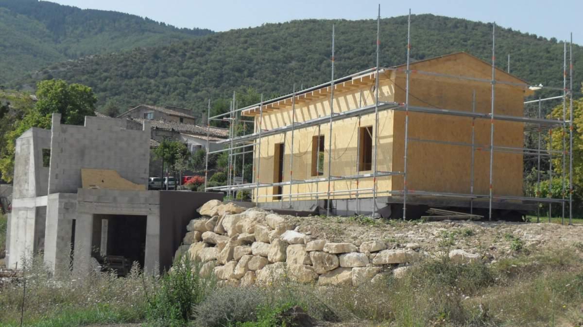 Construction de maisons haut de gamme en bois et pierres cabri res d 39 avignon en luberon for Construction maison en bois et pierre