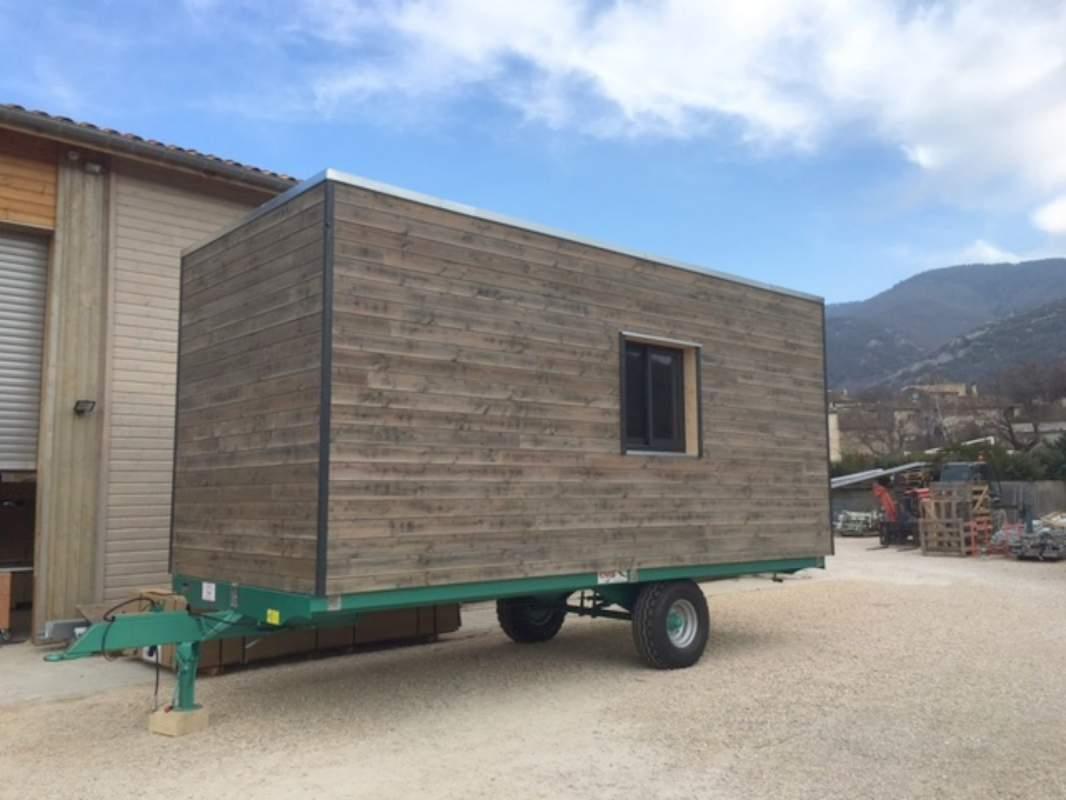 cr ation d 39 une roulotte contemporaine un lodge sur mesure et sur remorque constructeur de. Black Bedroom Furniture Sets. Home Design Ideas