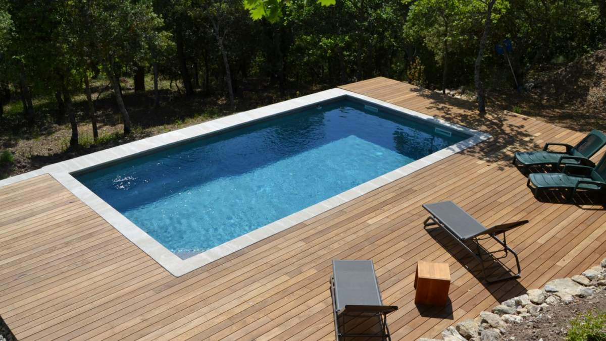 terrasse bois sous piscine. Black Bedroom Furniture Sets. Home Design Ideas