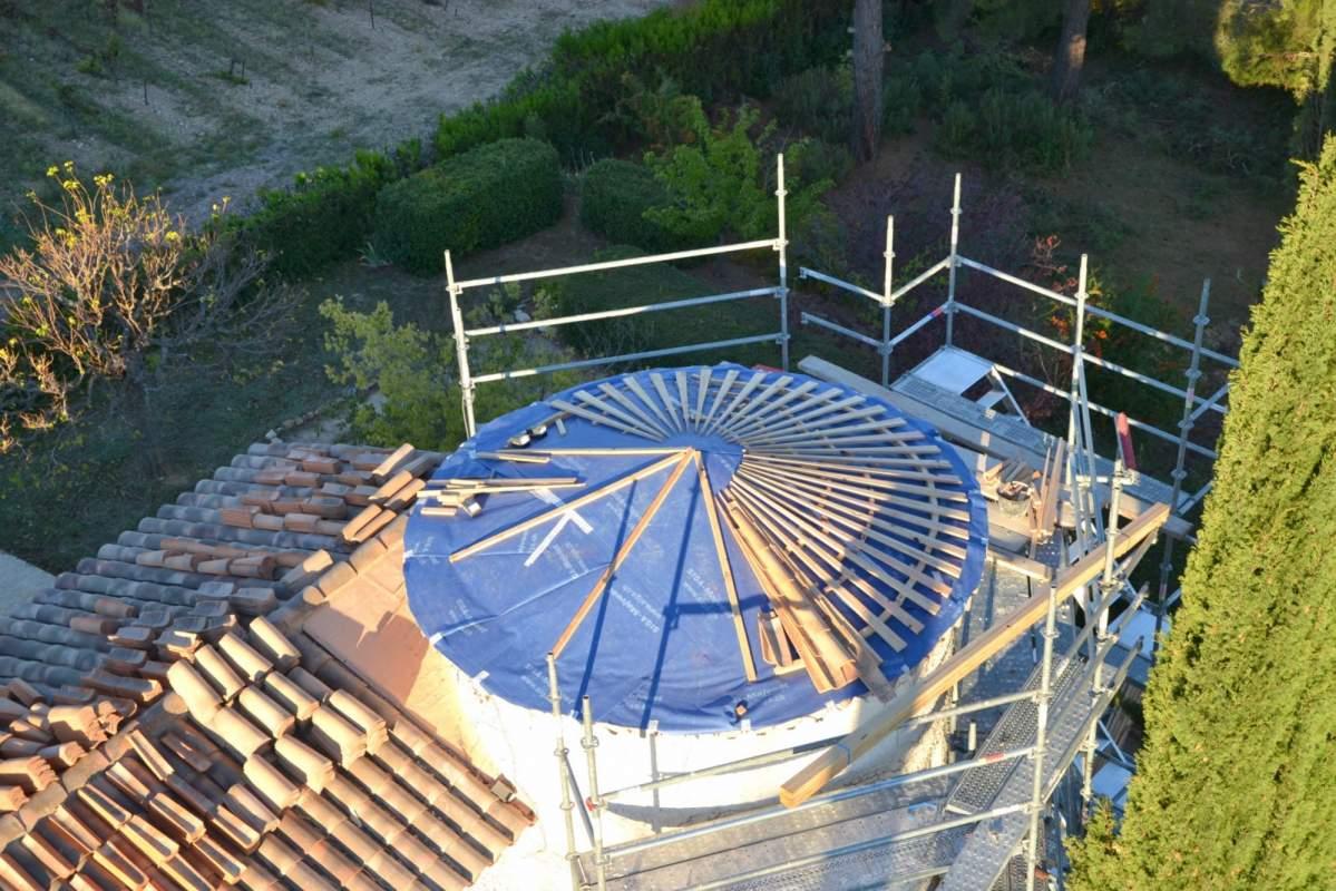 r fection du toit d 39 une tour ronde par des charpentiers qualifi s apt en provence 84400. Black Bedroom Furniture Sets. Home Design Ideas
