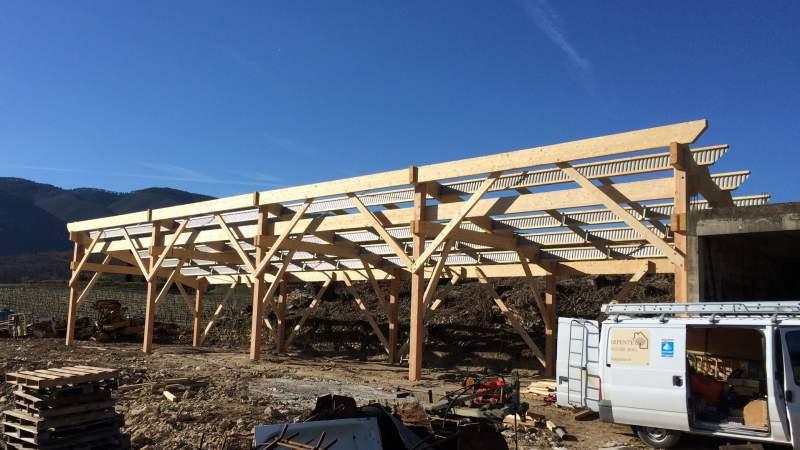fabrication d 39 un hangar agricole en bois au coeur du luberon 84400 saignon constructeur de. Black Bedroom Furniture Sets. Home Design Ideas