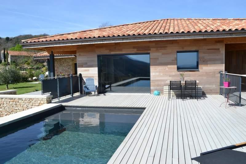 Construction dune terrasse bois contemporaine pour bassin de nage en